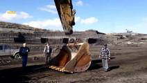 卡特365c挖掘机换挖斗,老外半天没接上急坏一旁工人了。