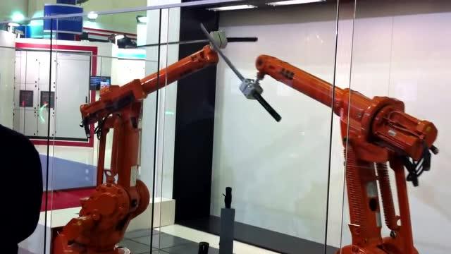 两个机器人持刀对打, 看的我强迫症犯了