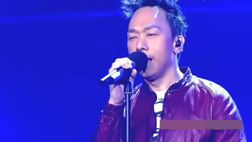 已故歌手黄家驹的弟弟黄家强,一曲《光辉岁月》唱哭所有人