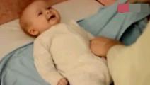 妈妈给双胞胎小宝宝裹包被,一个全程配合,另一个全程捣乱