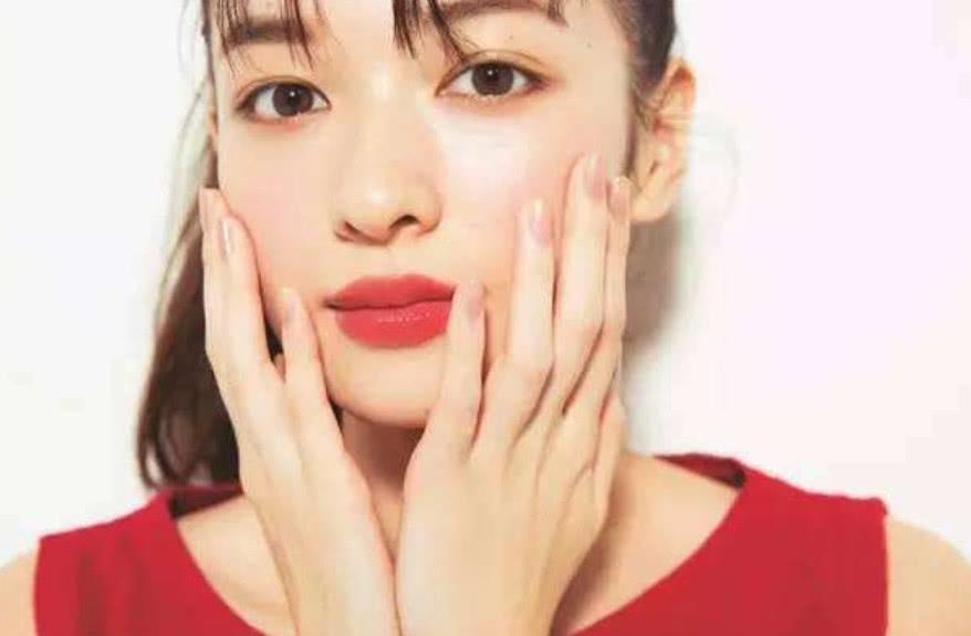 """女生长年累月的使用""""润唇膏"""", 有什么危害吗? 护肤专家告知实情(图4)"""