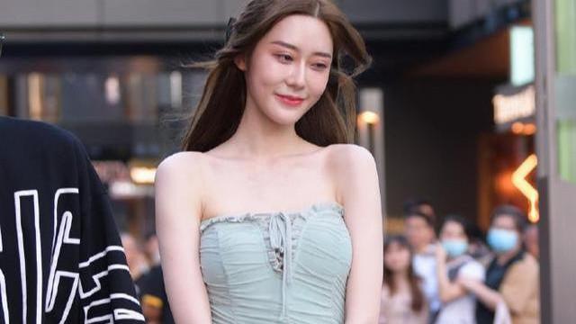 和男朋友出来逛街,皮肤白皙,绿色连衣裙