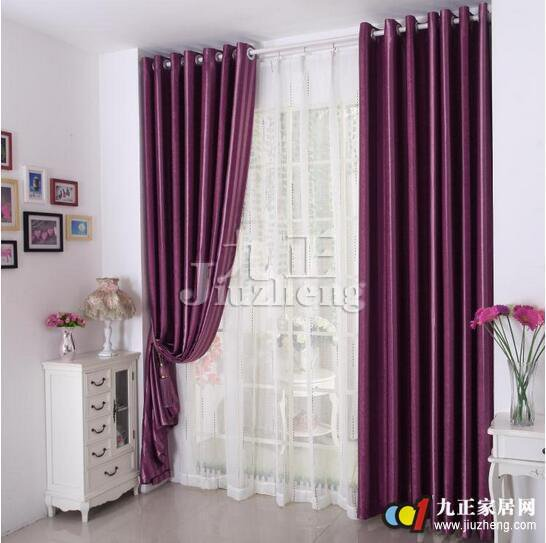 窗帘的样式在窗帘界是越来越多了,目前在一般的家庭中,最为普遍的窗帘样式。其制作方式可分为单开及双开,以成品效果来说和室内的装潢不想融入搭配是一定需要的。下面随九正家居网小编一起看看现代简约风格如何搭配窗帘和窗帘的样式分类吧。 现代简约风格挂什么窗帘 现代简约风格窗帘选购搭配1  客厅的窗帘一般要选择双层落地的形式,这样在视觉上会起到拉伸空间的作用。而且最好选择满墙的形式,这样窗帘拉开后,两边的褶皱会比较丰富,显得更为大气。 现代简约风格窗帘选购搭配2 现代简约风格要体现简洁、明快的特点,所以在选择客厅窗帘