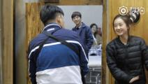 赵丽颖打牌输了被要求尬舞,黄磊一脸懵: 这孩子咋了