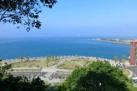 以拥有偶碧海金沙的海水浴场, 绚美的夕阳海景以及天然礁石而闻名.