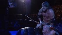 WWE 葬爷竟对人屈膝下跪?最高黑暗主宰是谁?冷石气得破口大骂!