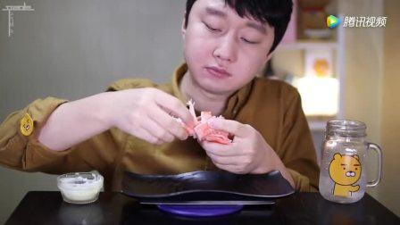 看看韩国小伙怎么吃蟹棒, 真过瘾