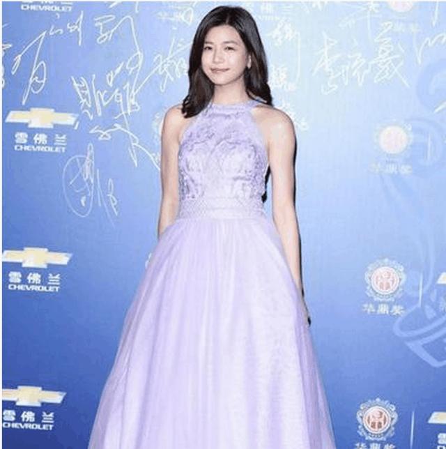 陈妍希与赵丽颖同穿浅蓝色礼服