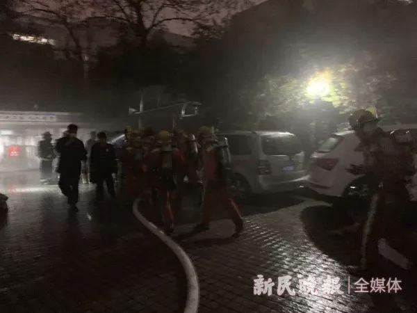 轰! 上海一特斯拉自燃烧到只剩框架! 附近车辆倒霉, 居民紧急疏散…(图1)