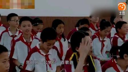 变形计 老师鼓励吴欣媛领唱好欢乐