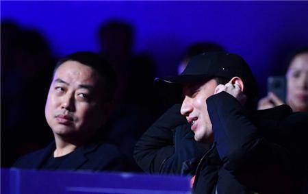 张继科现身总决赛! 和刘国梁并肩观战有说有笑, 与刘诗雯击掌祝贺