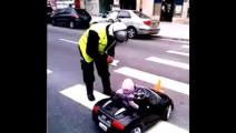 1岁小宝宝无证驾驶豪车,见到交警还逆行,后台相当硬!
