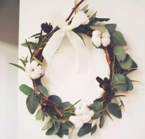 找不到尤加利叶和红色果实,也可以用简单的材料做一个简单的花环,挂在