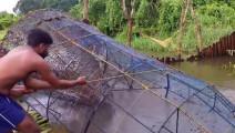 实拍在池塘里藏着一个大铁笼,村民拉起来后发现这一幕