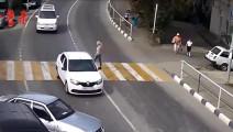 是女司机还是新手?被撞轿车: 路这么大你一定要撞我才爽?