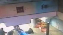 低头族女子在地铁楼梯一脚踏空,监控拍下的一幕令人心疼!
