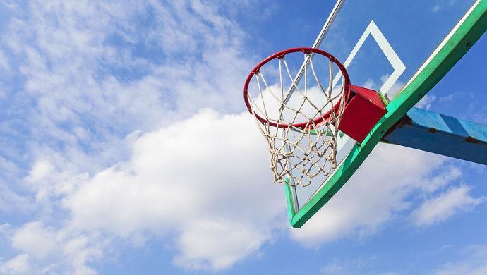 """广场舞大妈强占篮球场, 除了""""骂大妈""""更该考虑的是什么"""