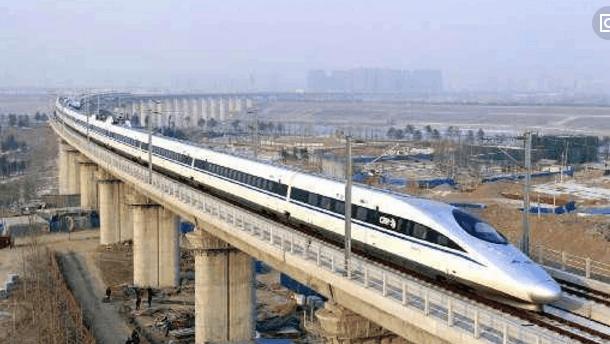 高铁速度高达350公里,为什么转弯不会侧翻?原来是这装置在起作用