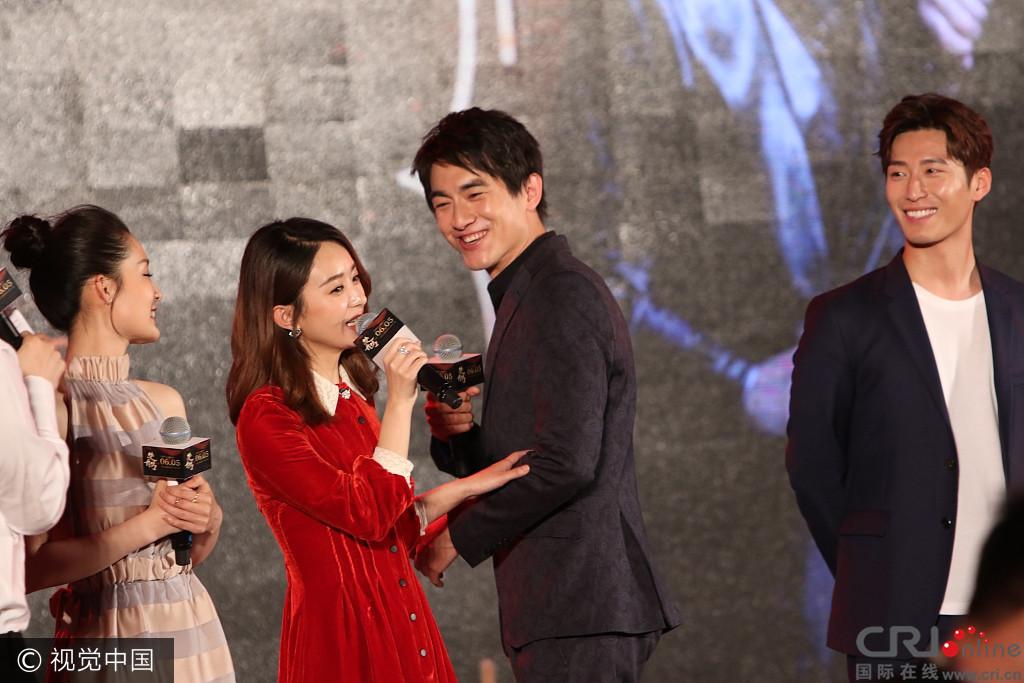 《楚乔传》发布会: 林更新送赵丽颖情侣抱枕收到了辣条图片