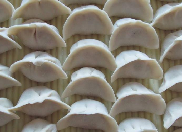 以上几个调饺子馅的技巧,都会由亲人亲自包饺子,即学即用