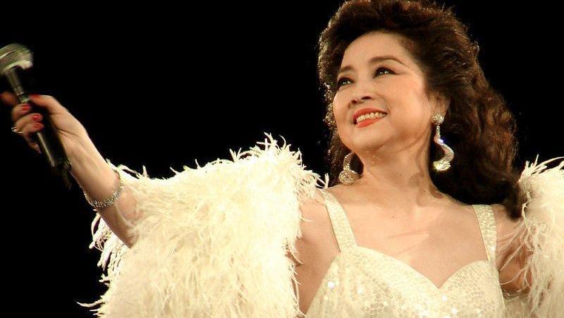 徐小凤在2016年演唱会上翻唱《但愿人长久》,致敬好友邓丽君