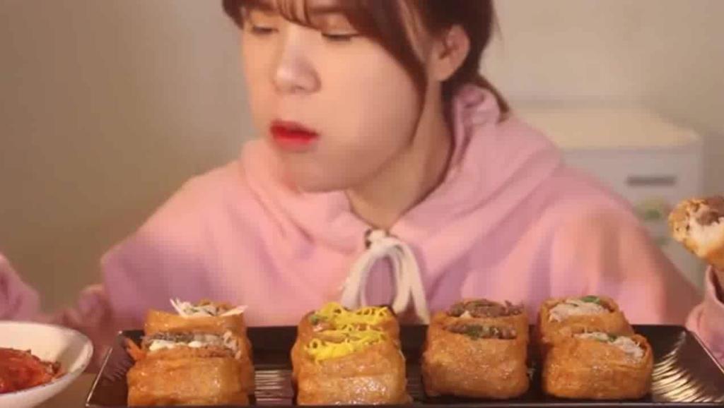 韩国大胃王狂吃油豆腐寿司,这味道肯定很特别,看着超想吃