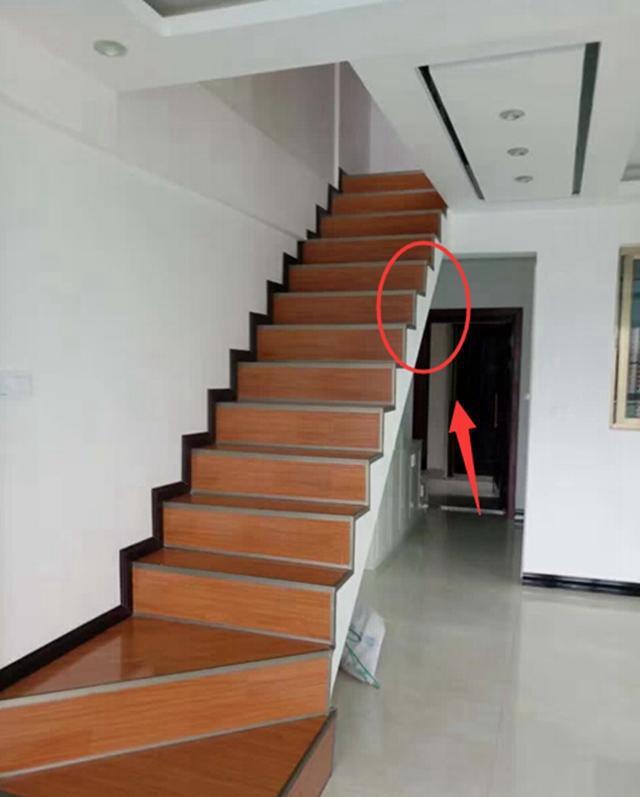 复式楼这样的楼梯没有做护栏, 看着都很危险啊图片