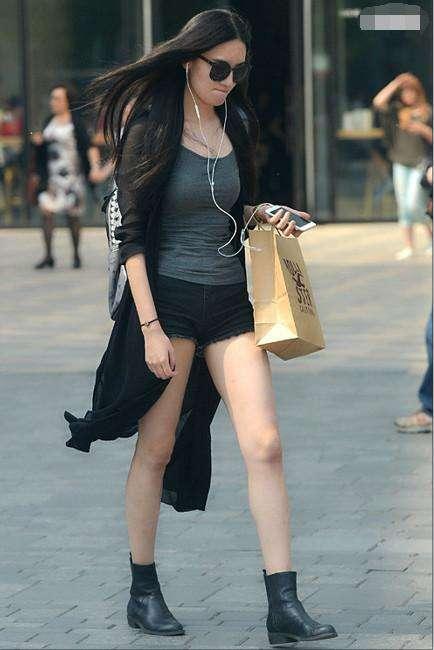 街拍: 每个回头率高的妹子, 都喜欢搭配紧身上衣!