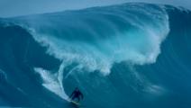 当海浪涌起,会冲浪的人仿佛身至海底世界