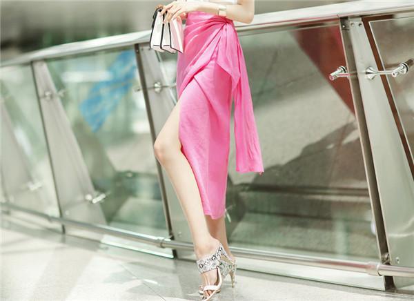 白色半身裙_清新靓丽的白色T恤搭配粉色半身裙, 再加上高跟鞋尽显女神范