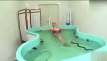 美女在泳池游泳,结果遇到一条眼镜蛇,表情亮翻了!当美女遇上蛇,也是乐了