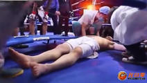 惊险!日本拳王来华挑战险遭中国拳手乱拳打死,倒地躺尸抬回岛国救治!