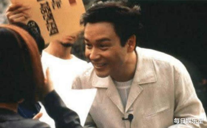 于是在找张国荣的时候张国荣正在唱歌,明星代言广告很正常,是一个称职的演员