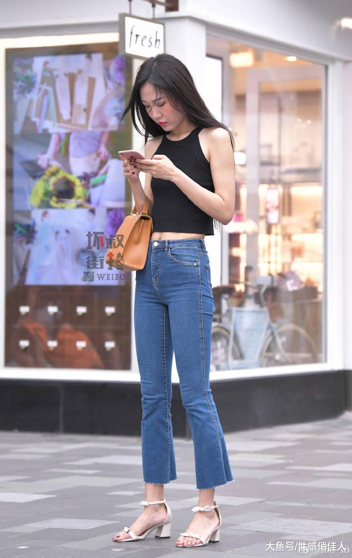 街拍: 简简单单也很美, 超短裤秀玉腿, 成熟女神魅力四射