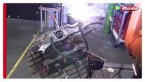 实拍: 焊接机器人焊接汽车配件全过程