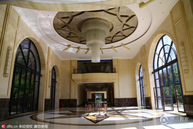 奢华的三层水晶吊灯,感应式厕所和一览无余的欧式落地窗,而且走廊墙面