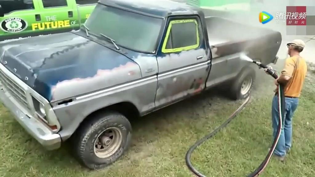 老外用高压水枪洗车,皮卡车油漆全冲掉,瞬间换了一台新车