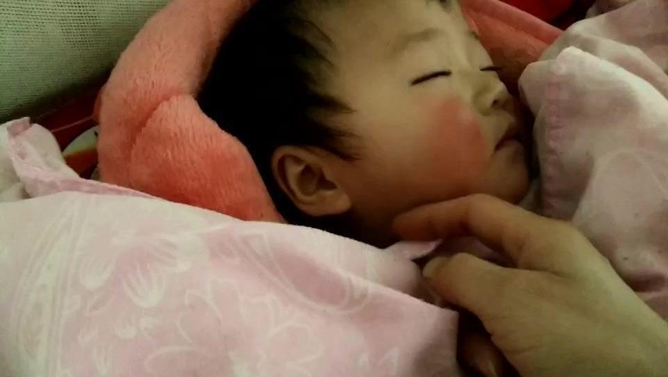 叫一岁的宝宝起床,被她的反应萌化了,小脸蛋儿红扑扑的