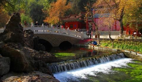 乌鲁木齐市水磨沟公园风景区以其秀美的景色, 山清水秀, 吸引着众多游