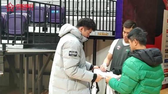 意不意外? 吉林核心柴长易问郭艾伦要签名, 球迷的评论亮了!