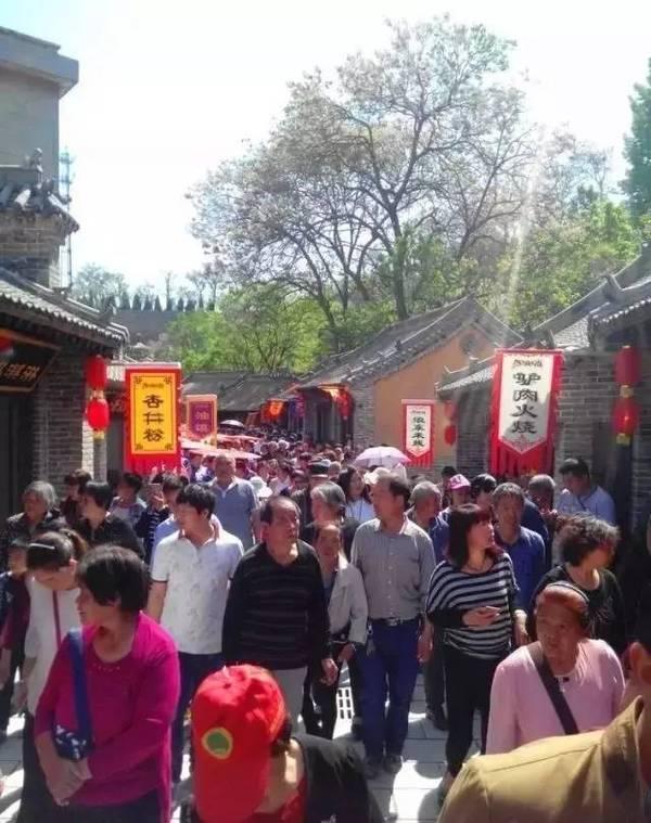 长寿山风情古镇美食街已经试营业了,一间间经营地方传统美食的店铺