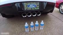 在跑车的排气口后面放上4瓶矿泉水,接下来不敢相信自己的眼睛