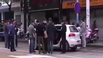 群众发现车上躺着女尸!车主遇小车祸死活不下车