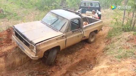 皮卡越野失败卡在泥坑里, 老司机的救援方法很暴力