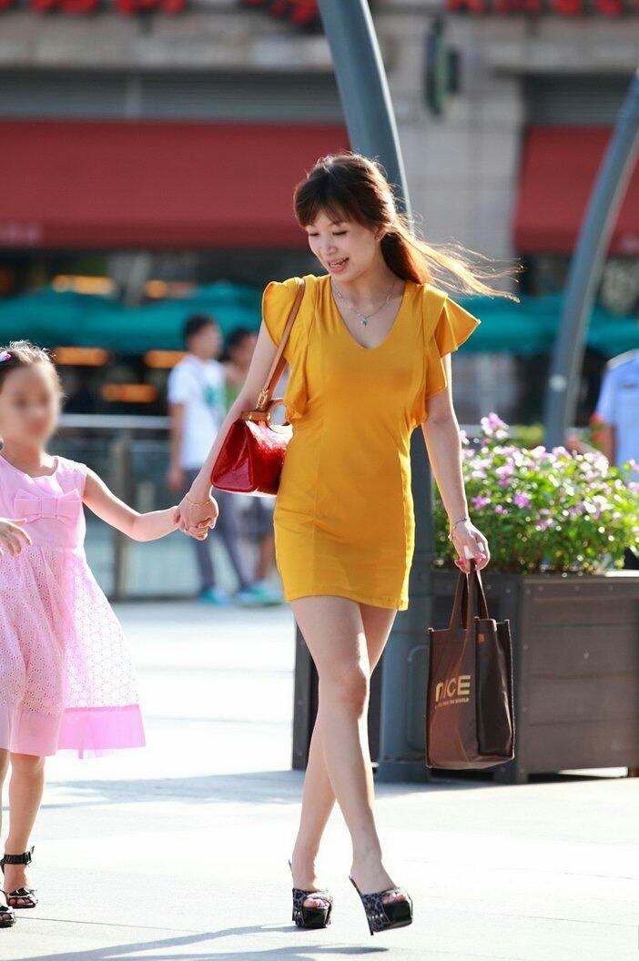 街拍: 美丽辣妈时尚年轻, 眼里满满的母爱 5
