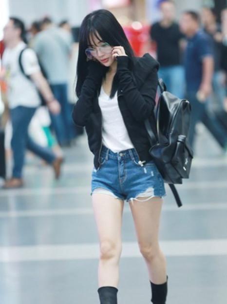 街拍: 白色上衣加热裤, 马尾妹妹真好看, 真是美不胜收(图1)