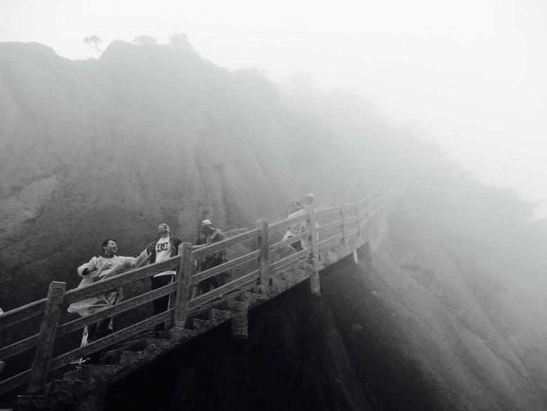 有雾太阳高山上石头风景