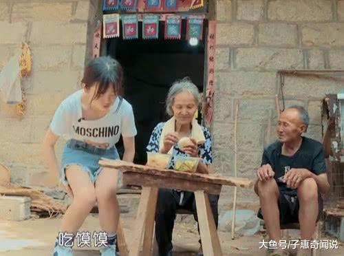 变形计中00后萝莉吃农村饭, 当看到她穿短裤的腿时, 网友炸锅(图2)