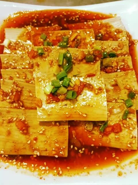 原料: 五香豆腐,味型: 烧烤孜然味,个人感觉: 特别好吃。