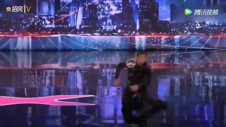 美国达人秀: 男子上场跳机械舞,刚把上衣扔地上,全场沸腾!